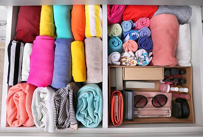 upratané doplnky a šatstvo v šuflíku