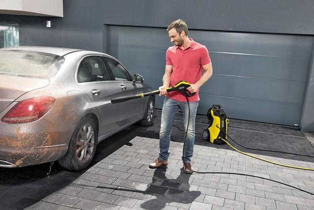 Umývanie Auta s vysoko-tlakovým čističom Kärcher