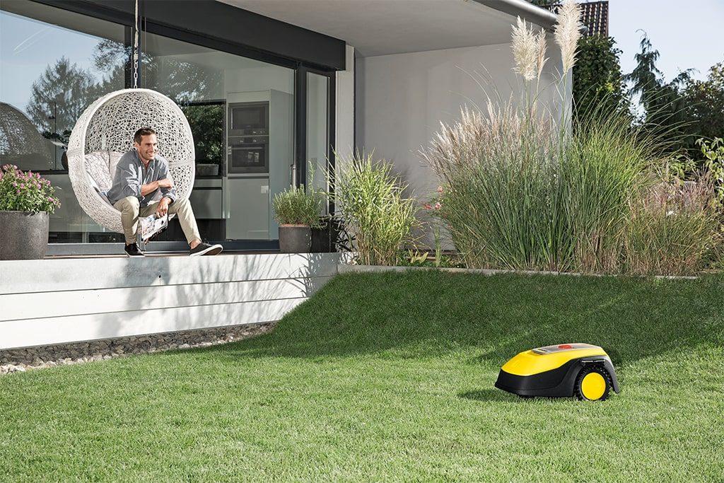 Robotická kosačka Karcher RLM 4 v záhrade