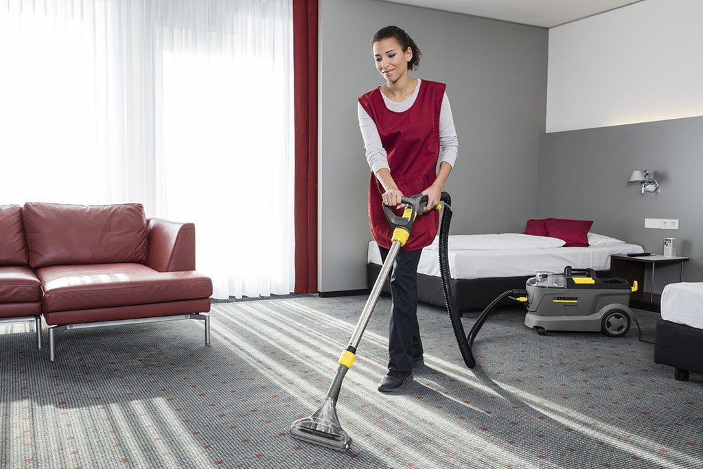 Upratovanie izby s profesionálnymi prístrojmi Karcher