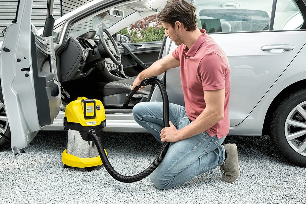 Vysávanie auta s batériovým vysávačom
