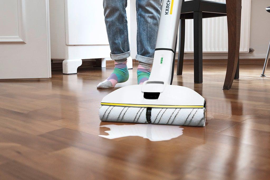 Umývanie drevených parkiet čističom podláh Kärcher FC 3 Cordless