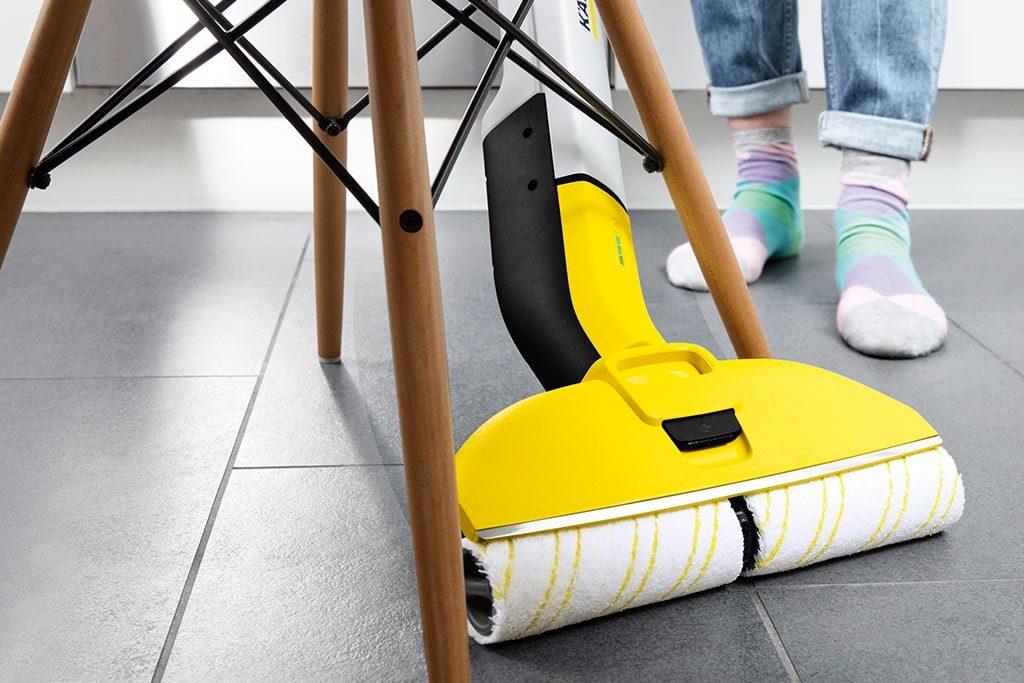 Umývanie pod stoličkou s čističom podláh
