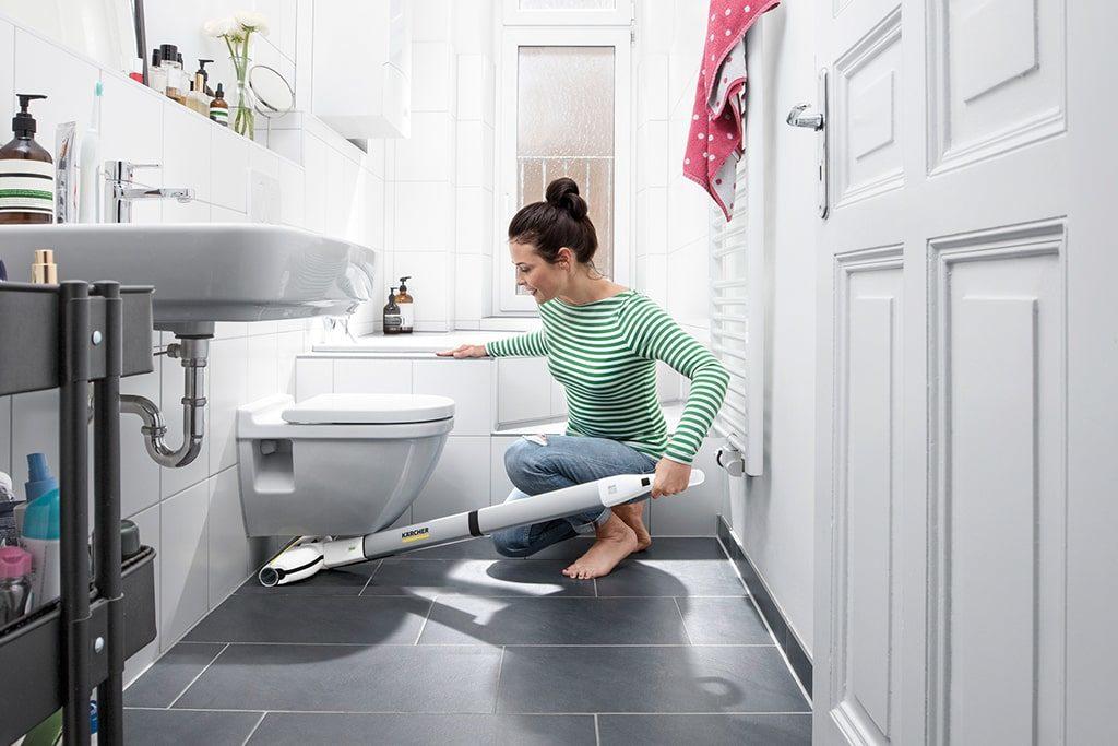 Umývanie podlahy v kúpelni s čističom podláh Karcher